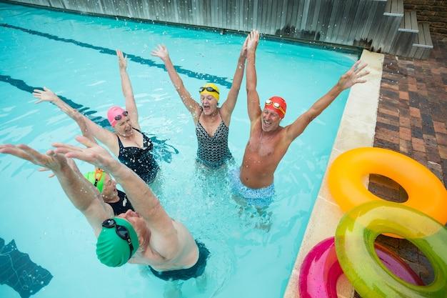 수영장에서 즐기는 쾌활한 친구의 높은 각도보기