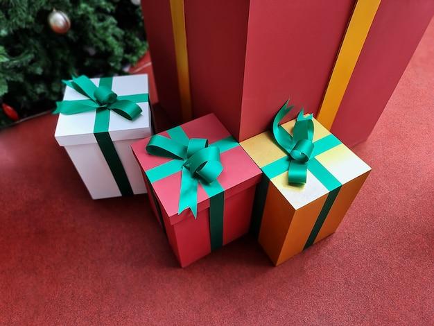 床の上のクリスマスギフトボックスの高角度ビュー