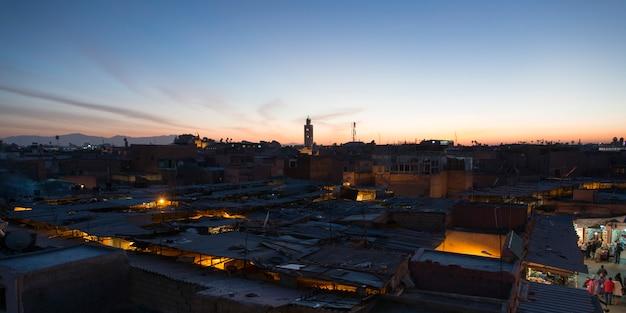 Высокий угол зрения города в сумерках, медина, марракеш, марокко