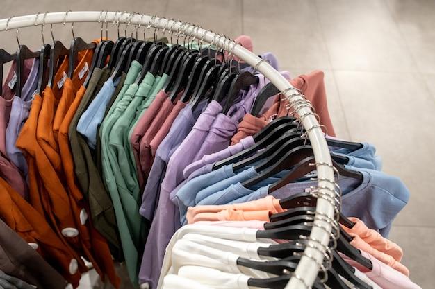 店内のラックにぶら下がっているカラフルなファッションシャツのハイアングルビュー