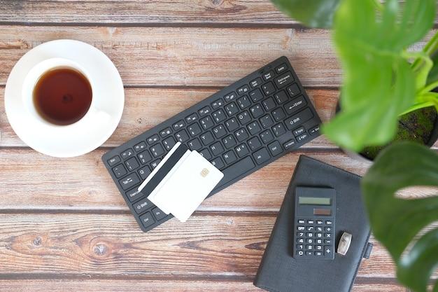 キーボード上のクレジットカードの高角度ビュー