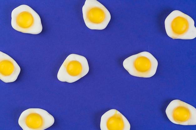 파란색 배경에 튀긴 계란 gummies의 높은 각도보기