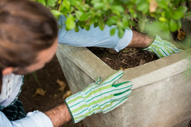 コミュニティガーデンに植える庭師の高角度のビュー