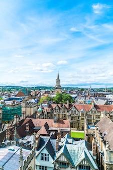 イギリス、オックスフォード市のハイストリートの高角度のビュー