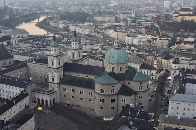 Высокий угол обзора крепости хоэнзальцбург в окружении зданий в зальцбурге в австрии