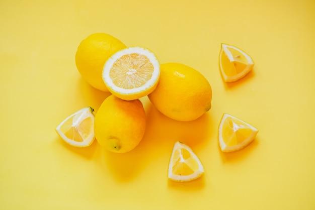 黄色の上に配置されたレモンの高角度ビュー