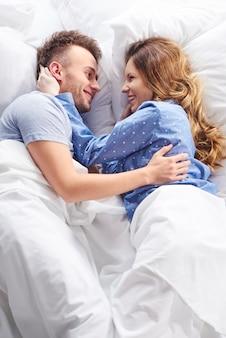 ベッドで愛するカップルの高角度ビュー