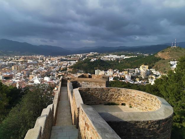 Высокий угол обзора города малага из замка хибральфаро.