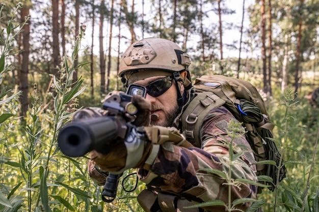 미국 국기, 군인 장비에 현대 육군 무기의 높은 각도 보기