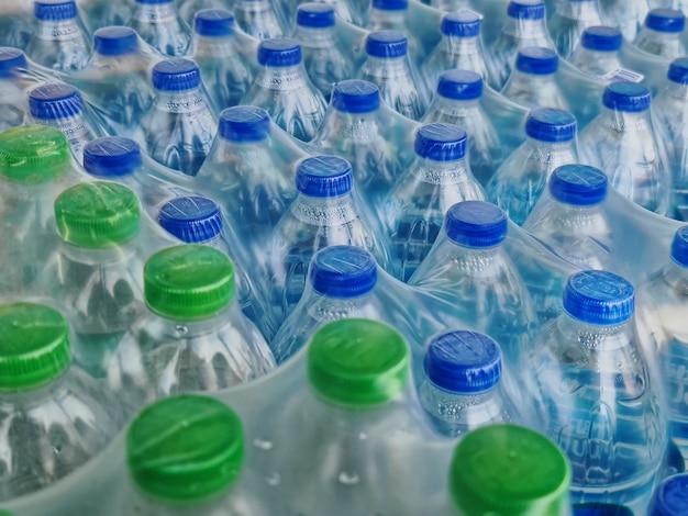 青と緑のキャップが付いたボトル入り飲料水のパックの高角度ビュー