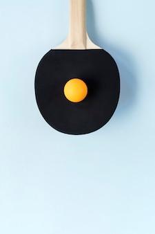 탁구 패들과 노란 공의 높은 각도 보기