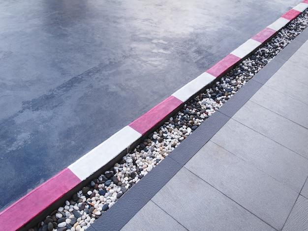 Высокий угол обзора красной белой полосатой краской вдоль дорожки