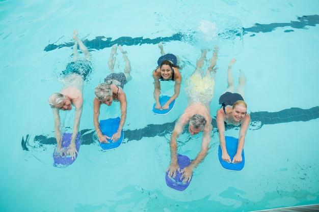 수영장에서 수영하는 수석 수영의 높은 각도보기