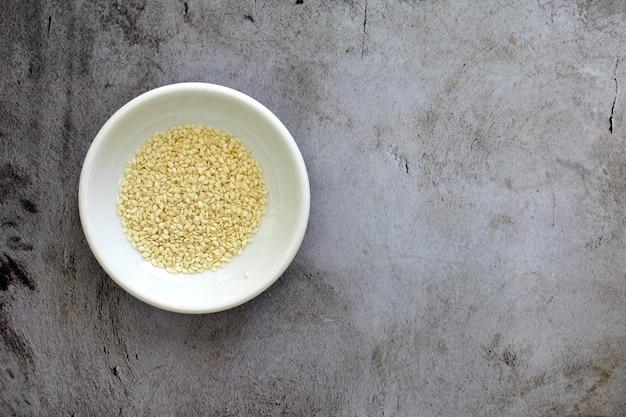 테이블에 흰 그릇에 참깨의 높은 각도보기