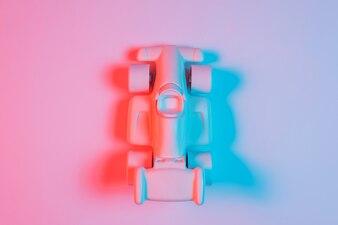 Высокий угол обзора небольшой спортивный автомобиль с тенью и синим светом на фоне