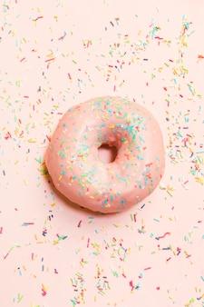 다채로운 뿌리로 둘러싸인 달콤한 도넛의 높은 각도보기