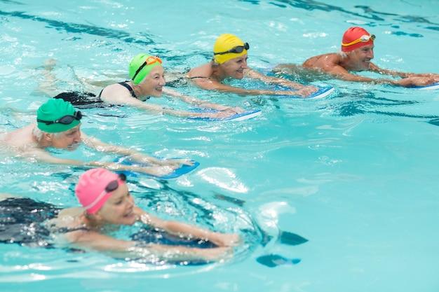 수영장에서 수영하는 kickboards와 수영의 높은 각도보기