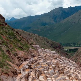 Высокий угол зрения террасных соляных прудов, салинас, марас, священная долина, куско, перу