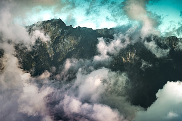 바위 산을 덮고 있는 구름의 높은 각도 보기