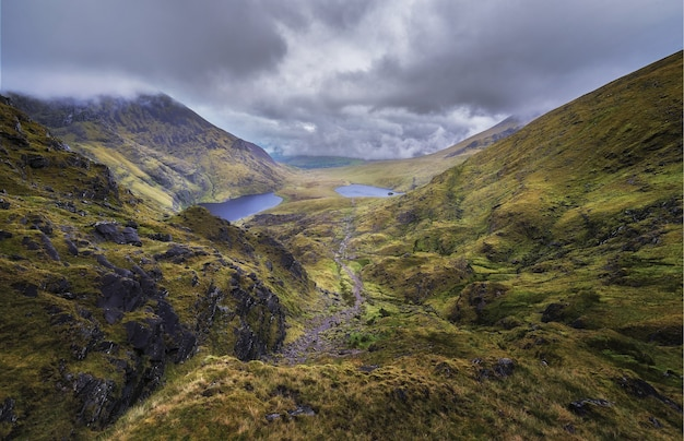 Высокий угол обзора тропы под названием лестница дьявола на полуострове ивераг в графстве керри, ирландия.