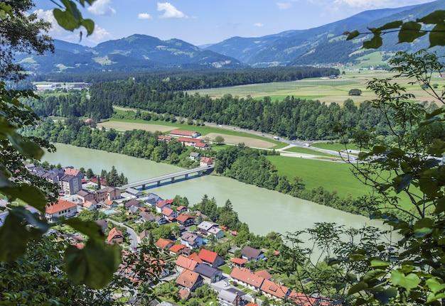 昼間のスロベニアのvuzenica町の高角度ビュー