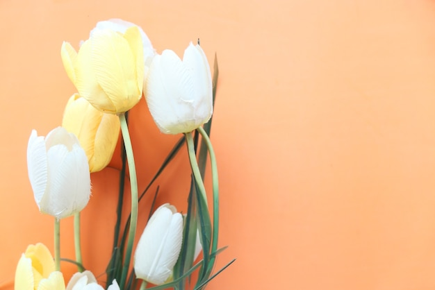 테이블에 노란색과 흰색 튤립 꽃의 높은 각도보기