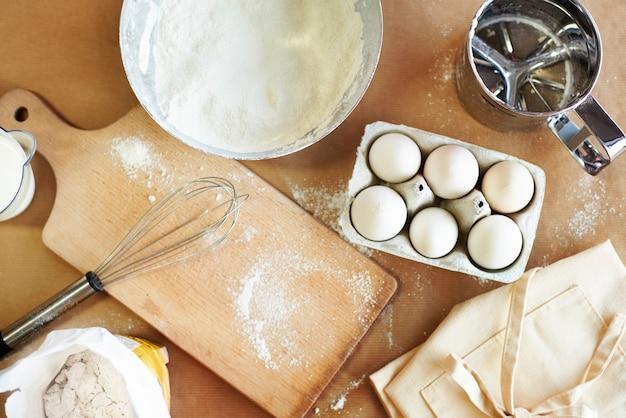 Высокий угол обзора на столе пекаря