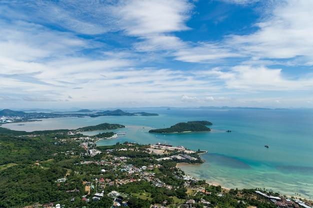 높은 각도 보기 푸 켓 태국에 있는 푸 켓 섬과 항구 공중 보기 무인 항공기 위에서 아래로 놀라운 자연 보기 풍경 아름 다운 바다 표면입니다.