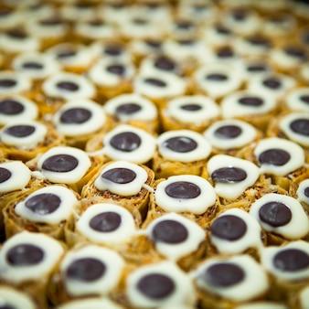 Высокий угол обзора рулет конфет с шоколадом