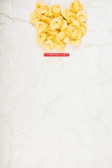 Veduta dall'alto della pasta di tortellini su marmo