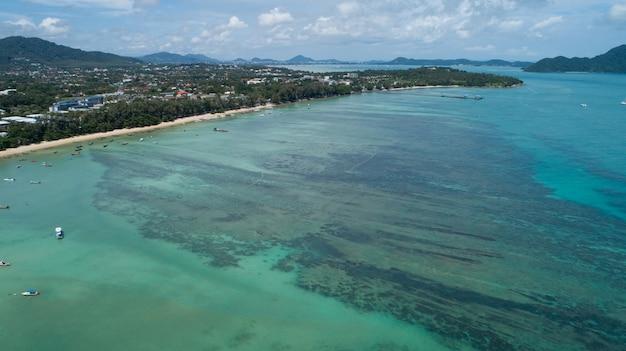 높은 각도 보기 열 대 바다 푸 켓 태국에 있는 아름 다운 해변 공중 보기 무인 항공기 하향식 놀라운 자연 보기 풍경 화창한 날에 아름 다운 바다 표면입니다.