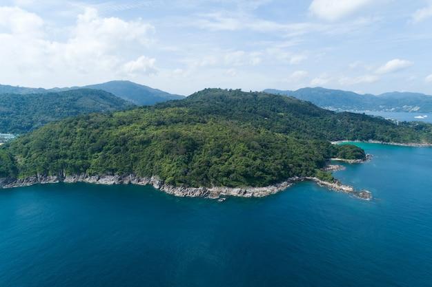 높은 각도 보기 해변과 푸 켓에 있는 높은 산에 부서 지는 파도와 열 대 바다 공중 보기 무인 항공기 위에서 아래로 놀라운 자연 보기 풍경 아름 다운 바다 표면입니다.
