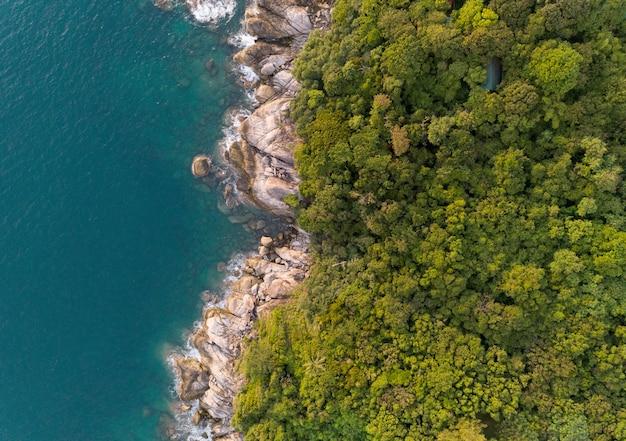 プーケットタイ空中に位置する海岸と高山に波が打ち寄せる熱帯の海の高角度ビュー