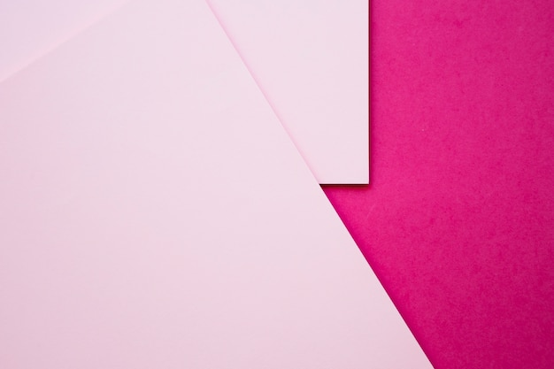 Una vista di alto angolo di due craftpapers dentellare su priorità bassa magenta