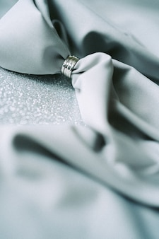 Decorazione di nozze di vista dell'angolo alto con il panno grigio su fondo strutturato grigio. verticale