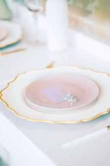 プレート付きの高角度のビューの結婚式のテーブル。垂直