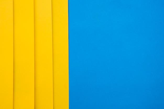 Vista dell'angolo alto dei craftpapers gialli su fondo blu