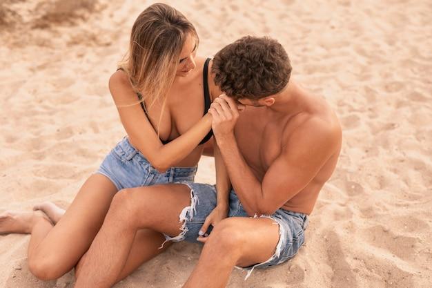 ビーチでの高角度のビュー若いカップル