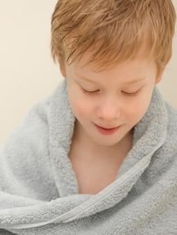 Высокий угол мыть мальчика в полотенце
