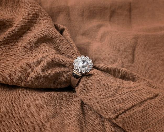 Обручальное кольцо с высоким углом наклона и ткань