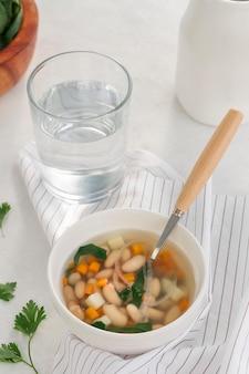 ハイアングル白豆のスープと水