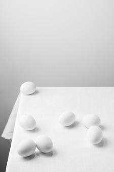 Uova di gallina bianche ad alto angolo sul tavolo con copia-spazio