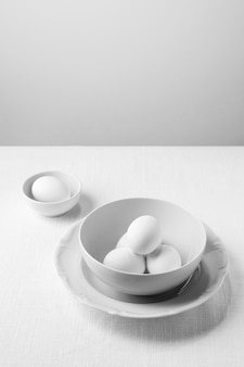 Белые яйца под высоким углом в миске с копией пространства