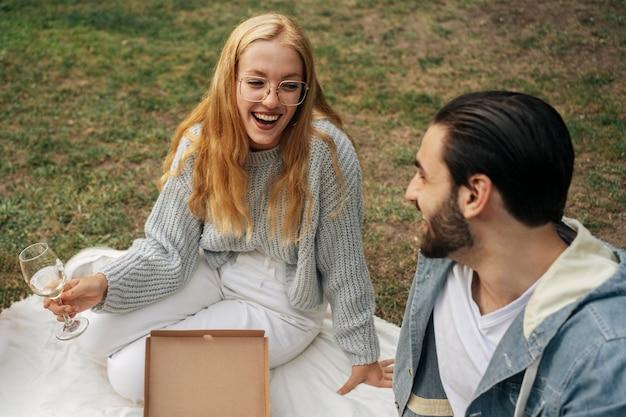 ピクニックをしているハイアングルの妻と夫