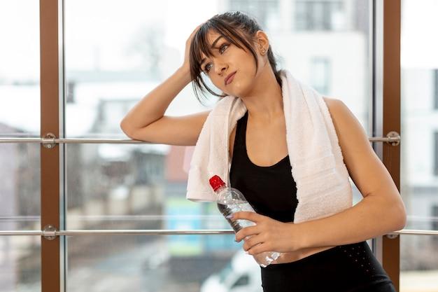 Женщина высокого угла в спортзале на проломе