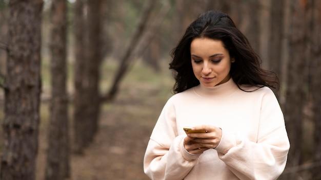 携帯電話をチェックするハイアングルの女性