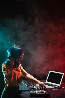 Высокий угол женщина диджей настройки аудио