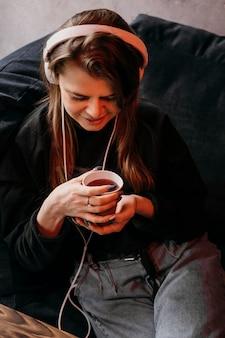 コーヒーカップを保持している高角度の女性