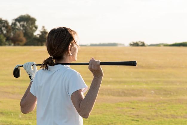 Высокий угол женщина играет в гольф