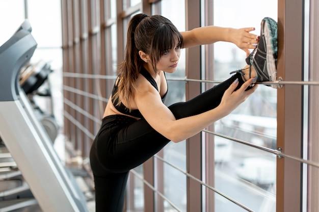 Женщина высокого угла, растяжения в тренажерном зале